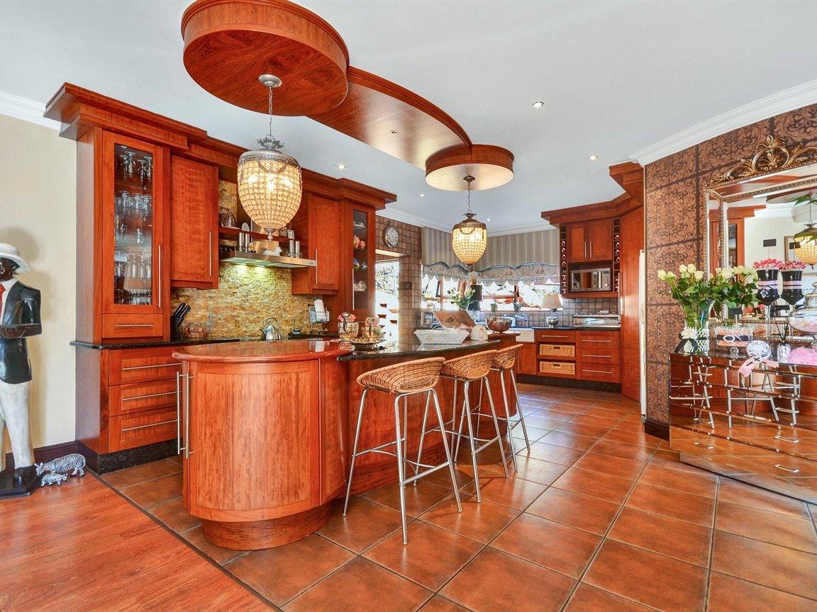 Glenvista property for sale. Ref No: 13390499. Picture no 5