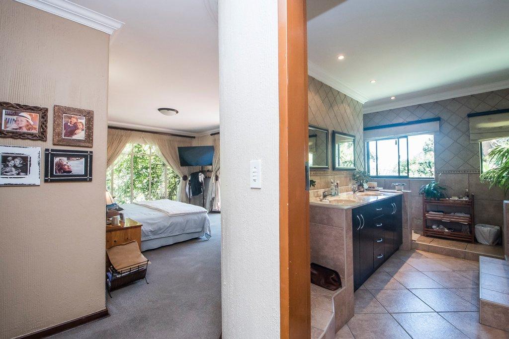 Glenvista property for sale. Ref No: 13529565. Picture no 17