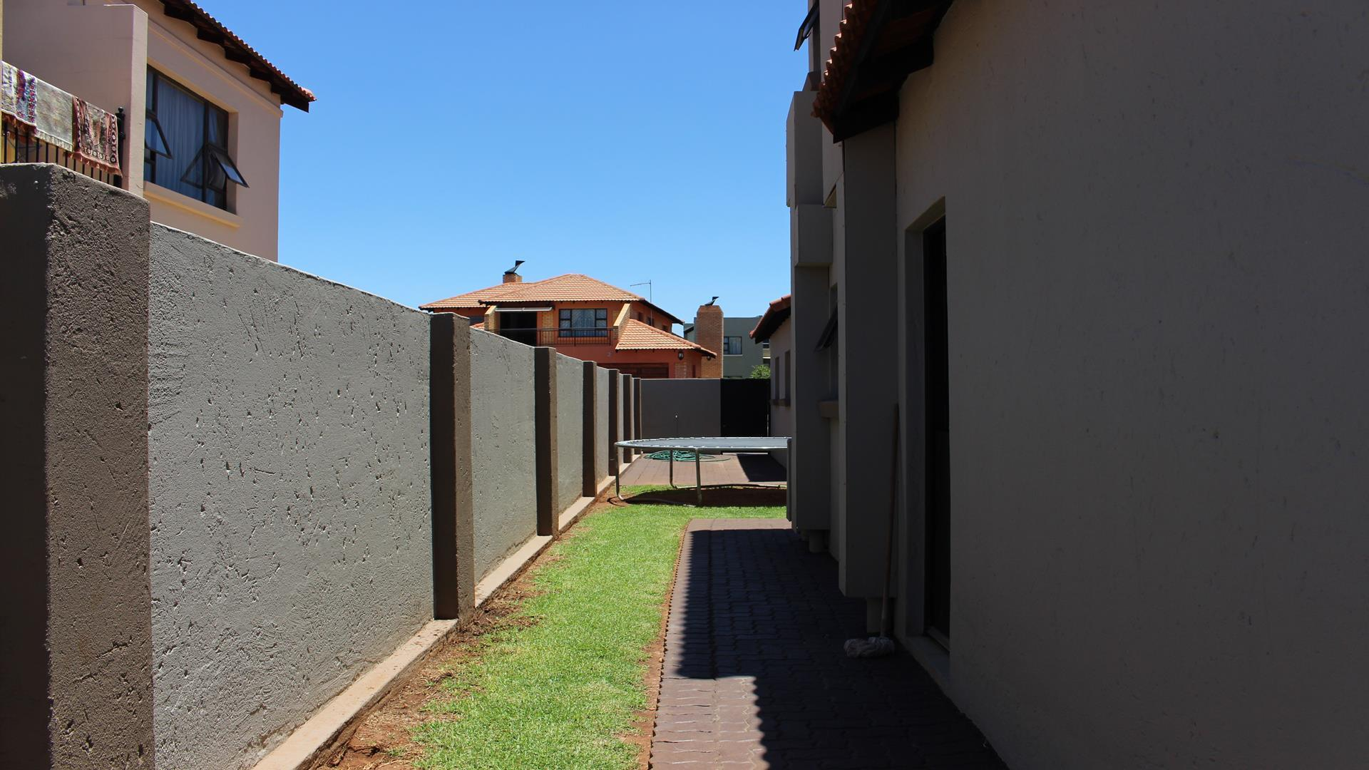 Raslouw Manor property for sale. Ref No: 13435098. Picture no 33