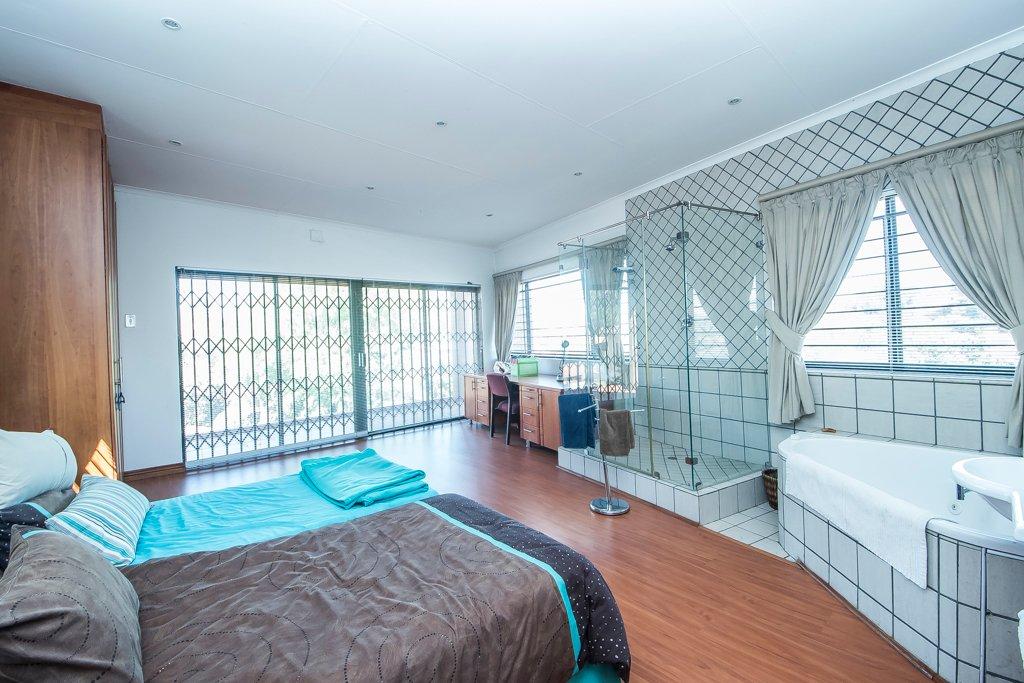 Glenvista property for sale. Ref No: 13500218. Picture no 10