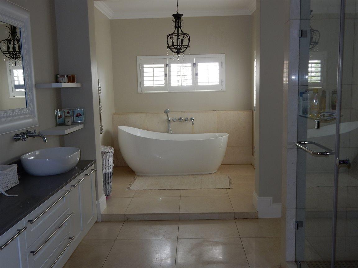 Bryanston property for sale. Ref No: 13290662. Picture no 22