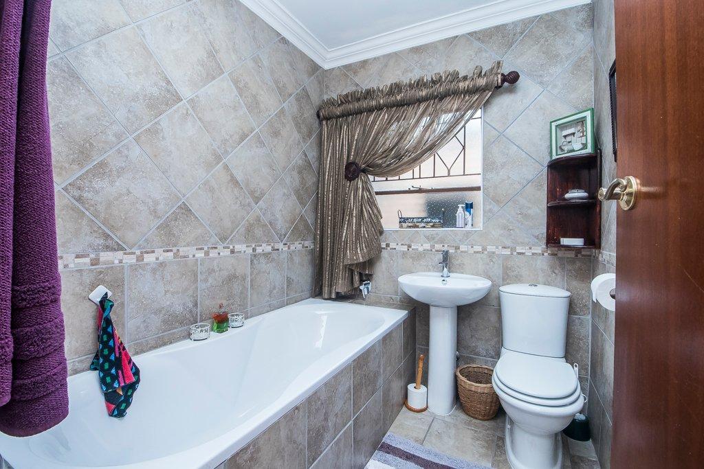 Glenvista property for sale. Ref No: 13529565. Picture no 23