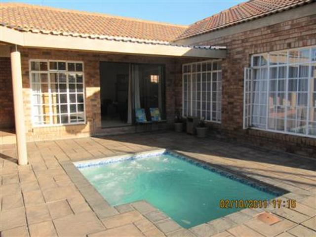 Three Rivers property for sale. Ref No: 13265987. Picture no 1