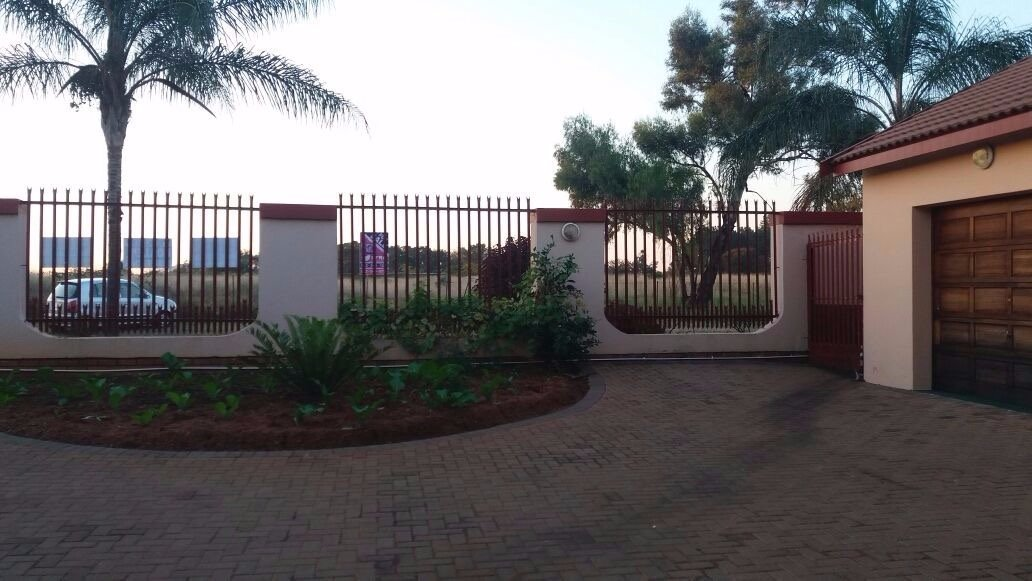 Property and Houses for sale in Hesteapark, House, 4 Bedrooms - ZAR 1,600,000