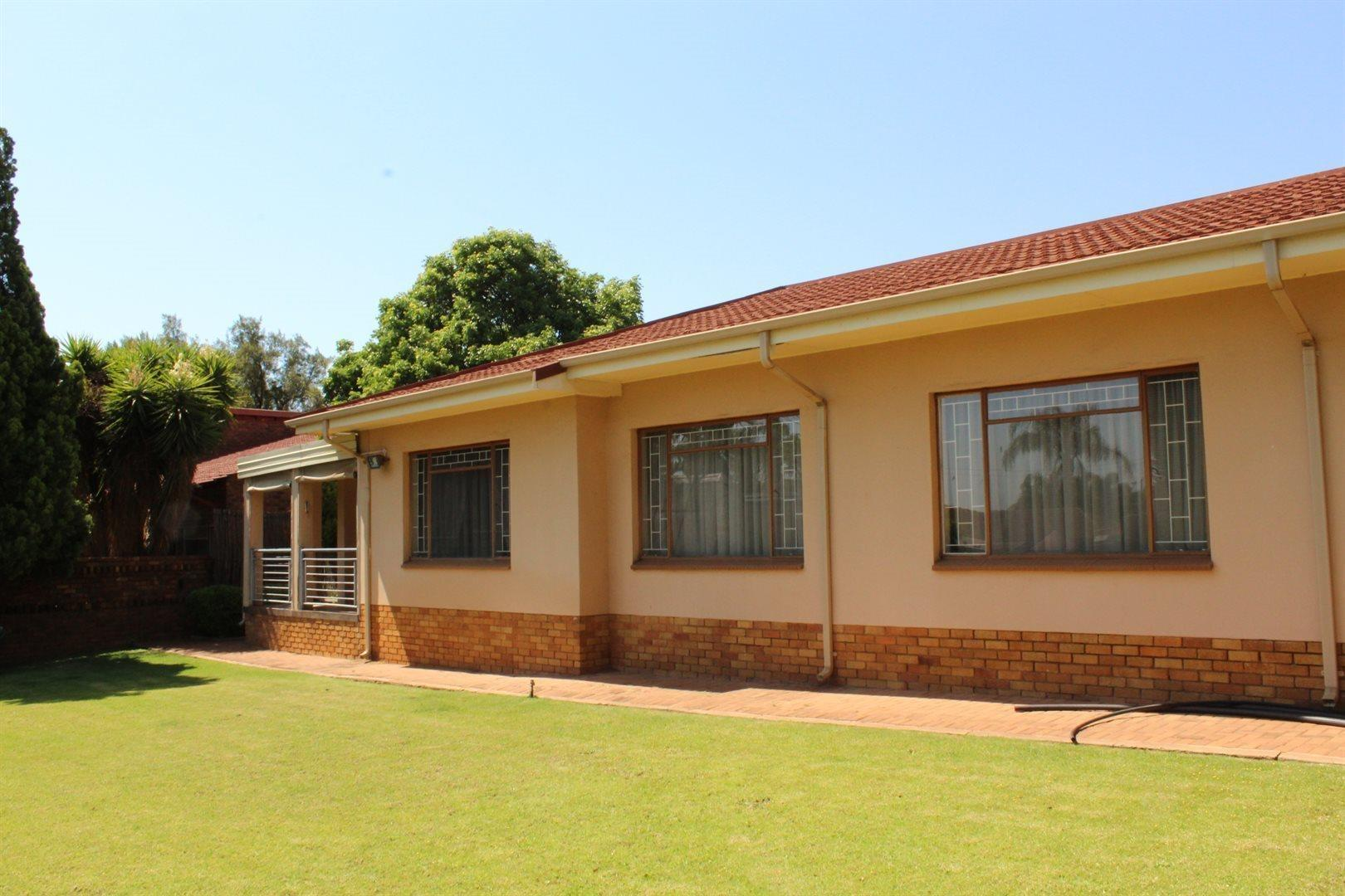 Karenpark property for sale. Ref No: 13566728. Picture no 2
