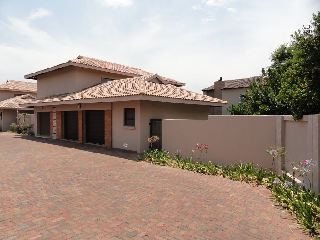 Property and Houses for sale in Six Fountains Residential Estate, House, 3 Bedrooms - ZAR 2,695,000