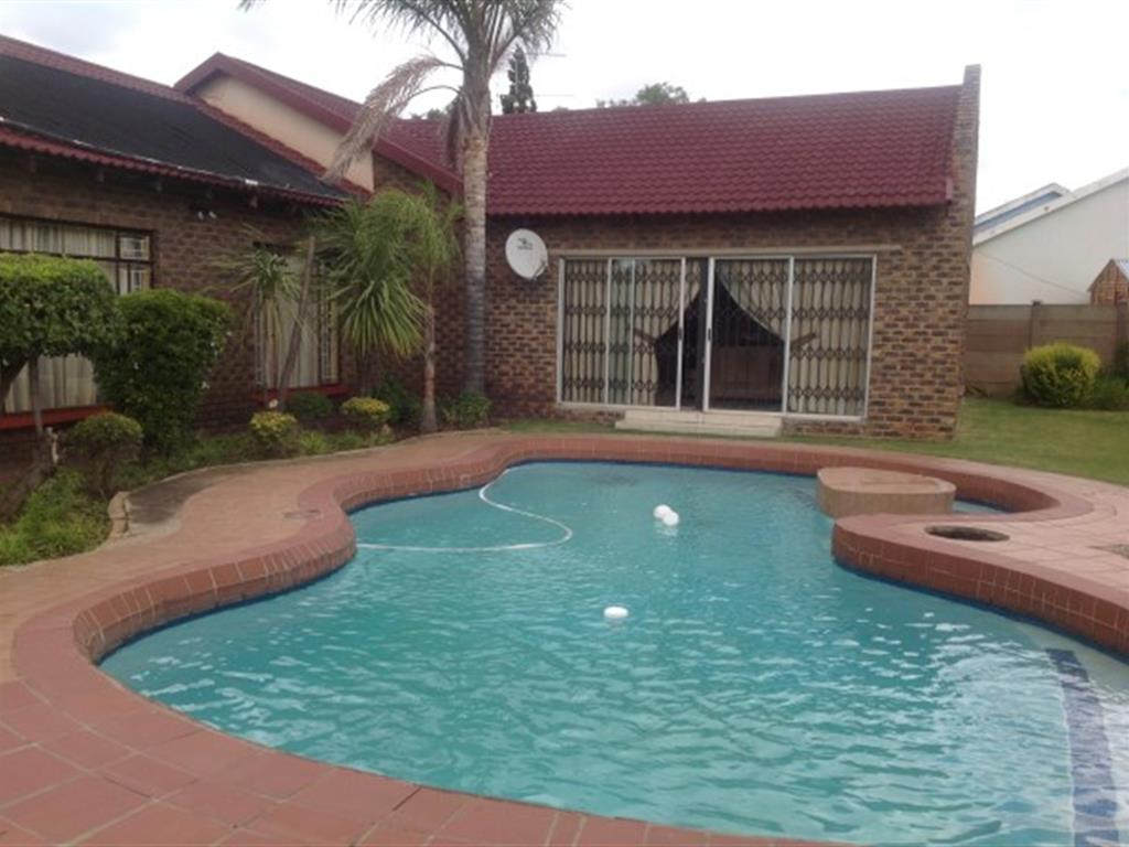 Falcon Ridge property for sale. Ref No: 12729102. Picture no 9