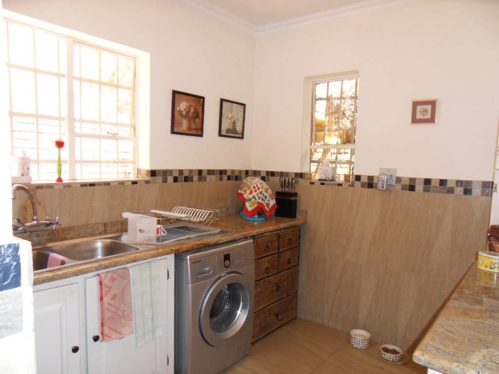 Glenvista property for sale. Ref No: 13402362. Picture no 15