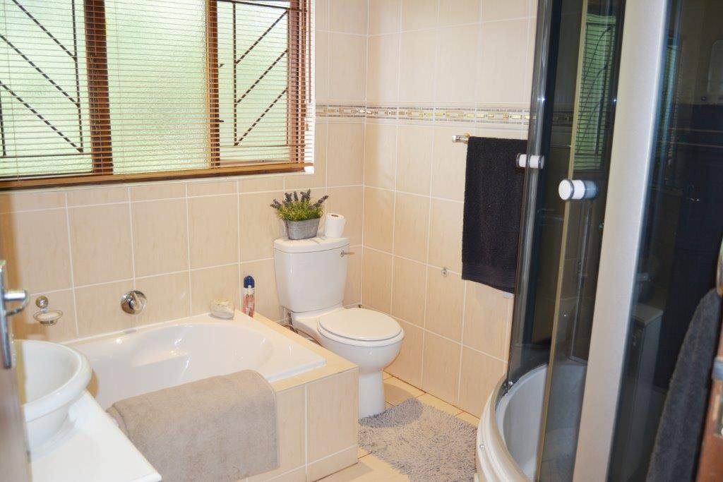 Margate property for sale. Ref No: 12779071. Picture no 15