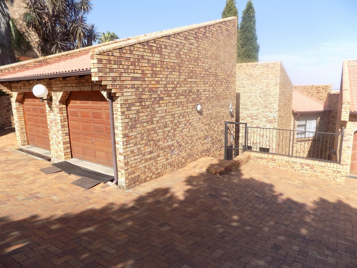 Glenvista property for sale. Ref No: 13399397. Picture no 3