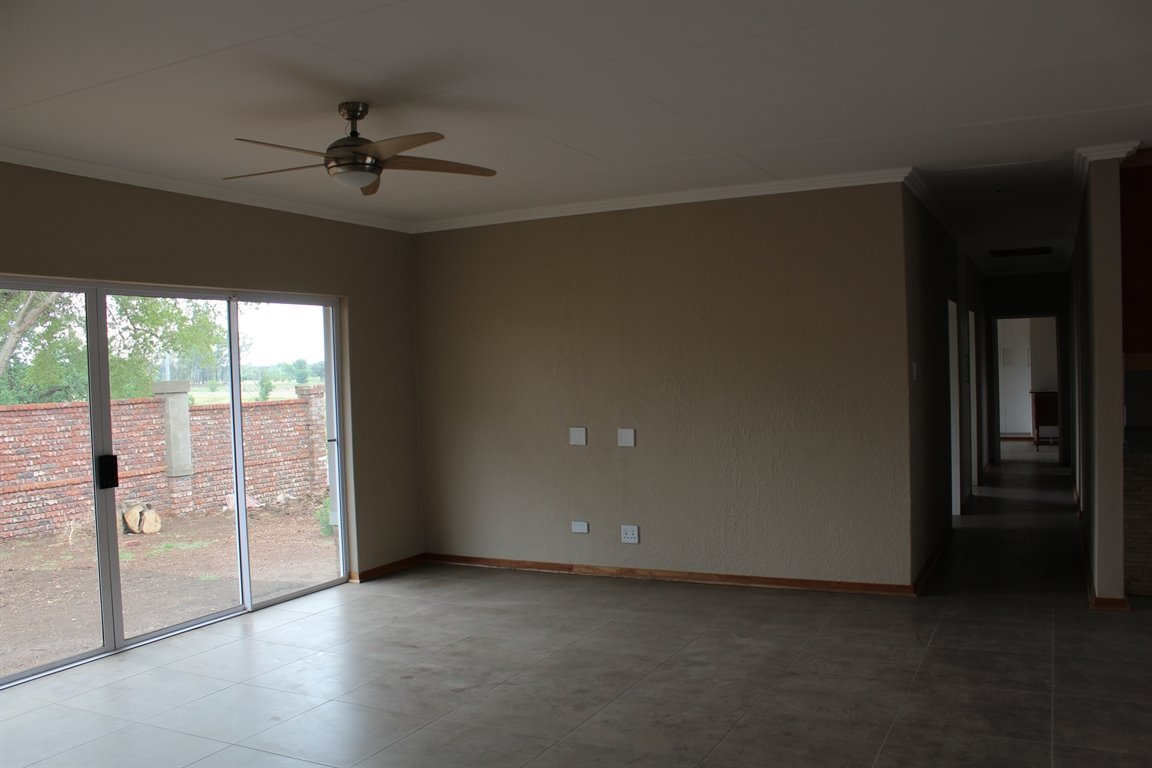 Suid Sentraal Oos property for sale. Ref No: 13403369. Picture no 2