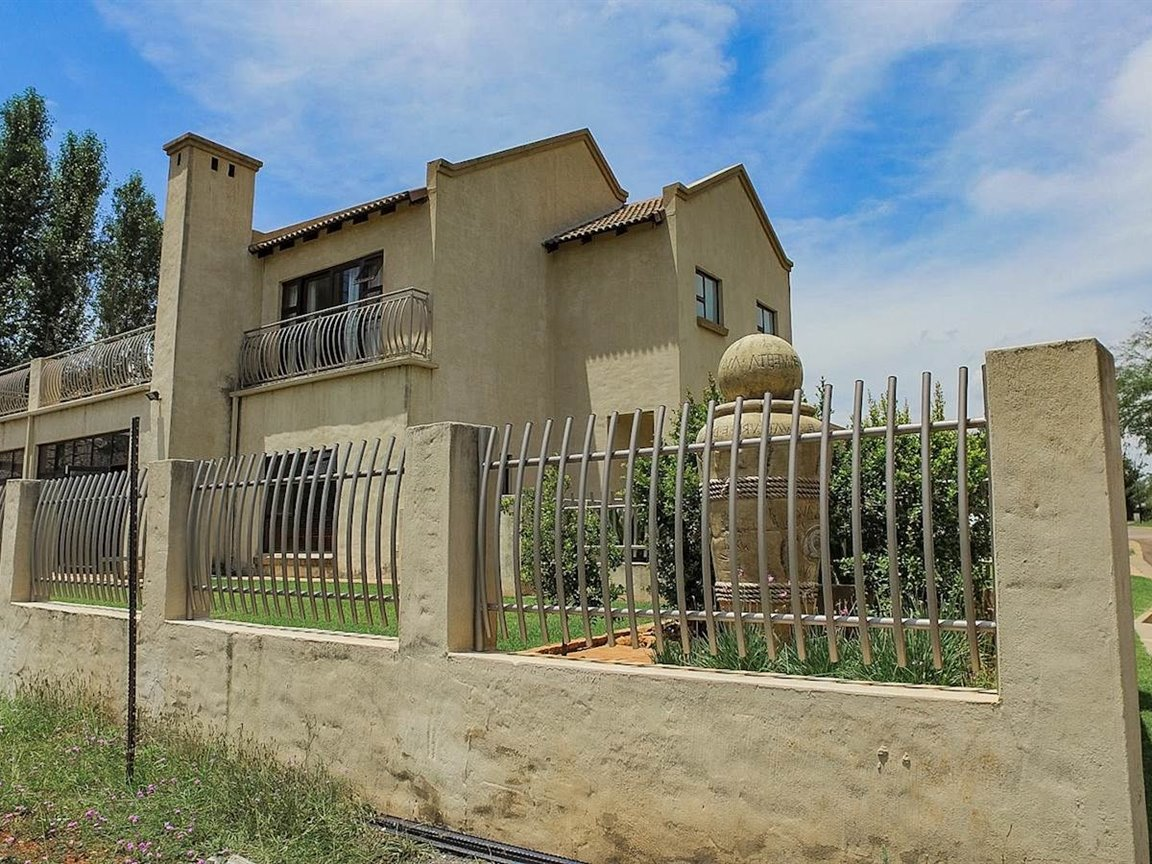 Property and Houses for sale in Zwartkop Golf Estate, House, 3 Bedrooms - ZAR 3,690,000