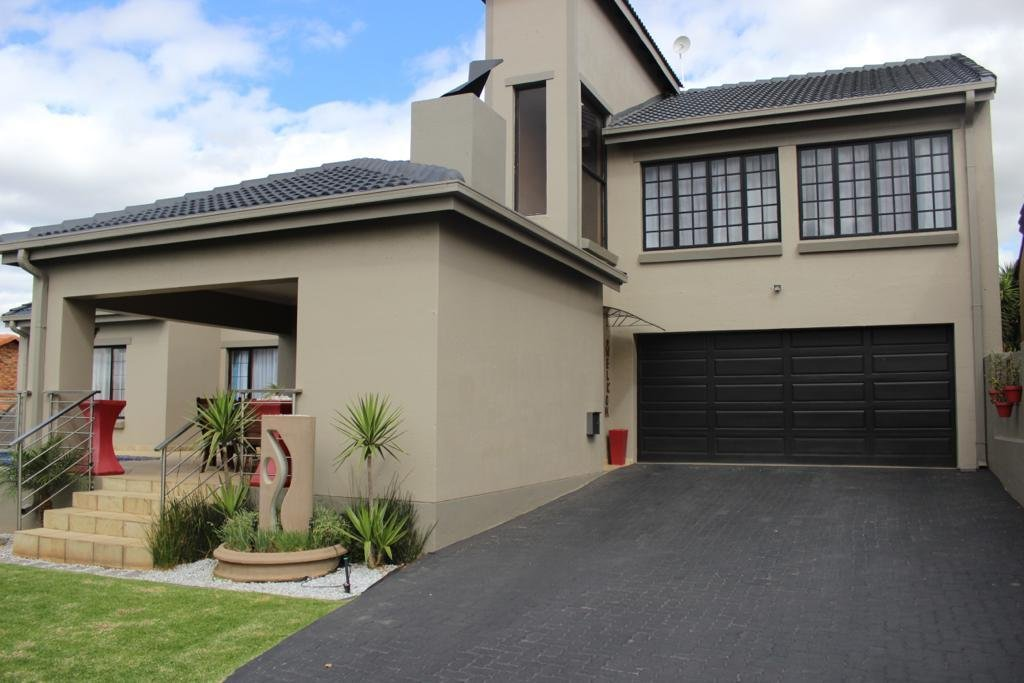 Property and Houses for sale in Thatchfield Close, House, 4 Bedrooms - ZAR 2,700,000