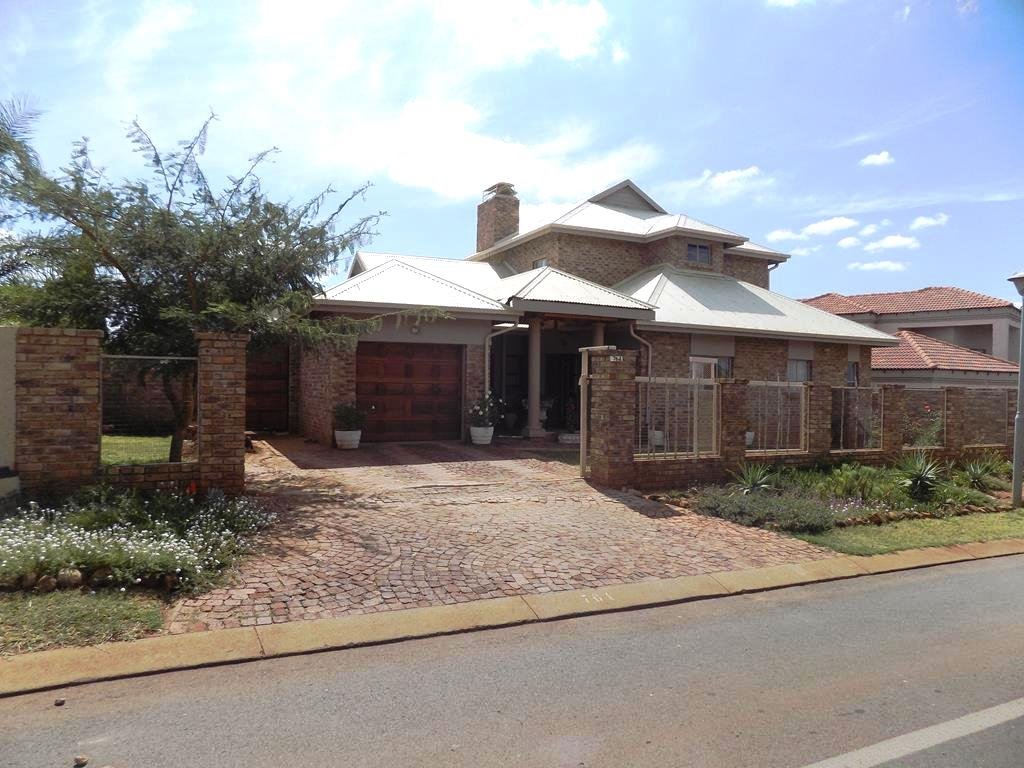 Property and Houses for sale in Heuwelsig Estate, House, 4 Bedrooms - ZAR 2,600,000
