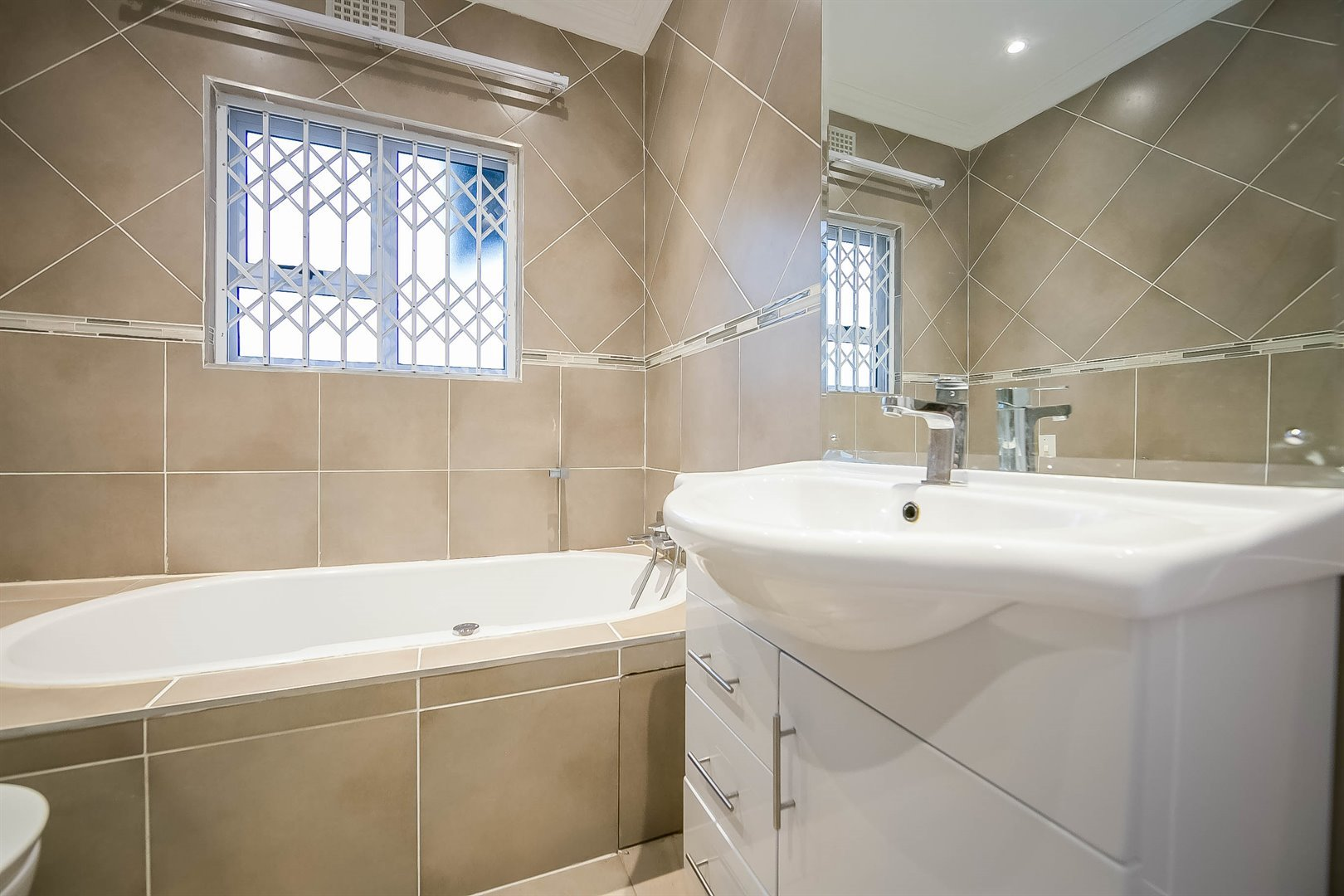 Lonehill property for sale. Ref No: 13510684. Picture no 17
