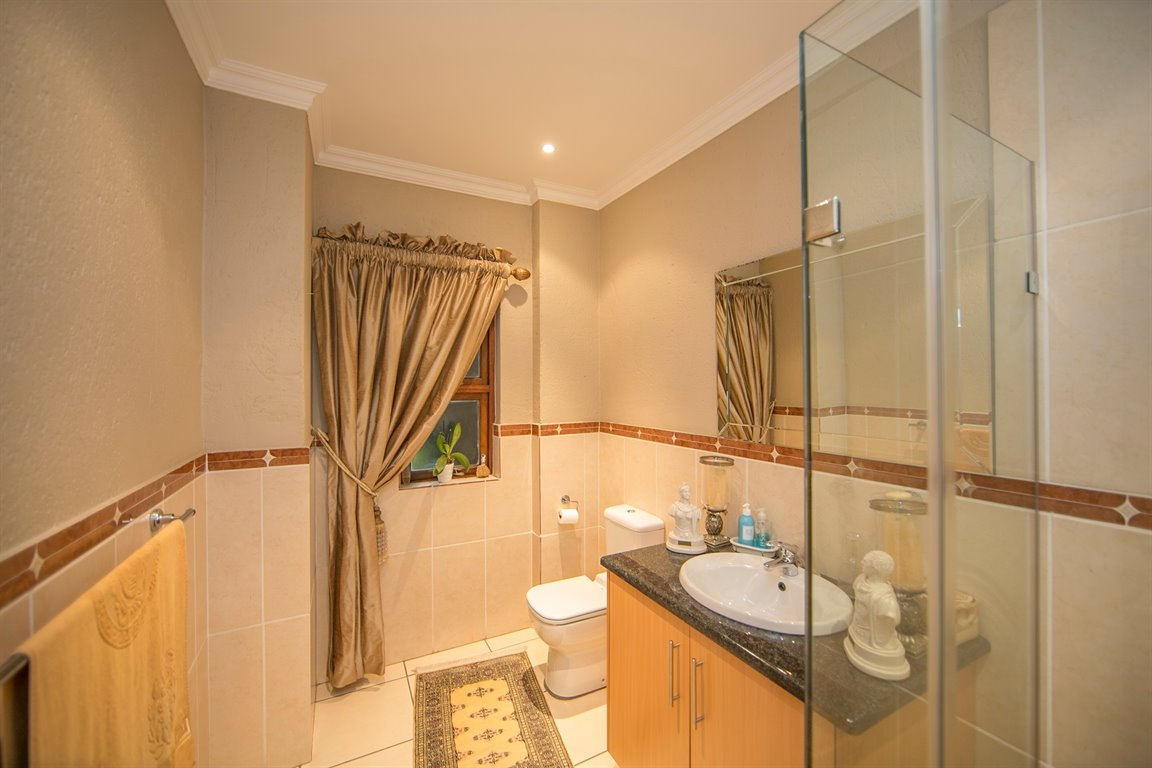 Fourways property for sale. Ref No: 13401727. Picture no 15