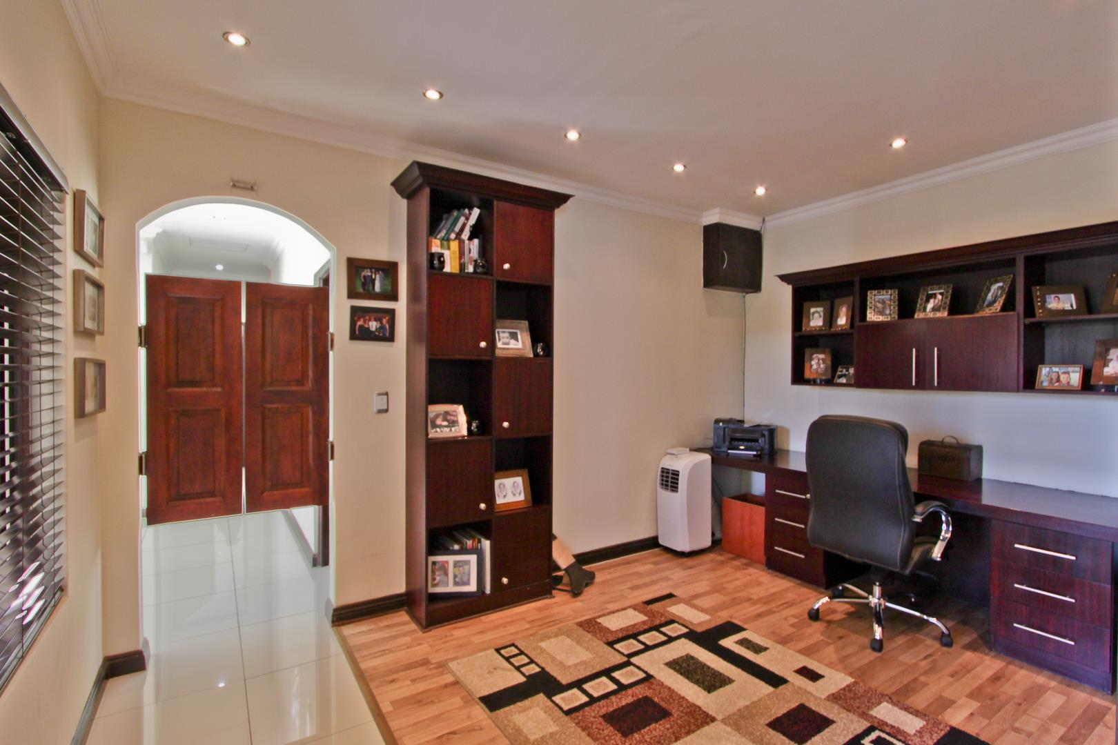 Glenvista property for sale. Ref No: 13525971. Picture no 8