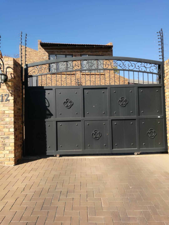 Glenvista property for sale. Ref No: 13524981. Picture no 2