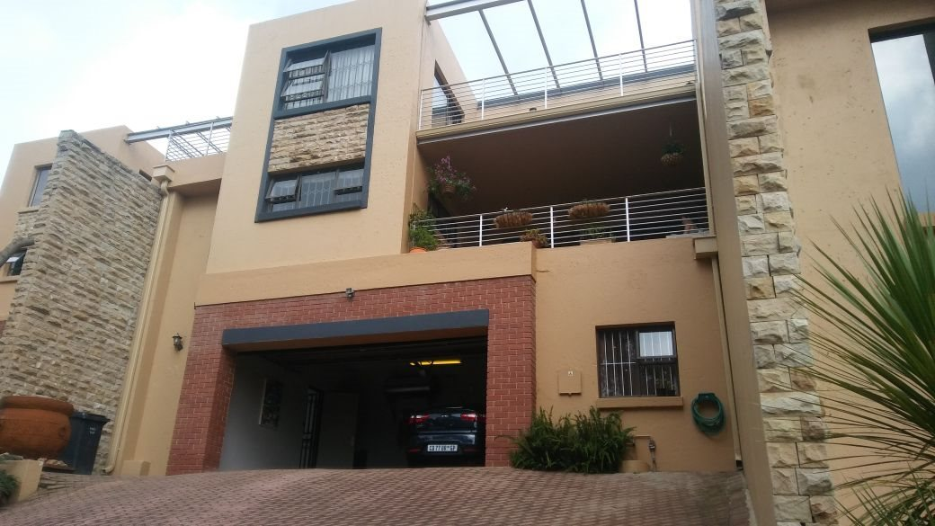 Roodepoort, Roodekrans Property    Houses For Sale Roodekrans, Roodekrans, Townhouse 4 bedrooms property for sale Price:1,650,000