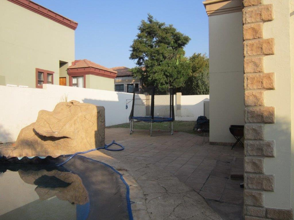 Blue Valley Golf Estate property for sale. Ref No: 13345353. Picture no 17