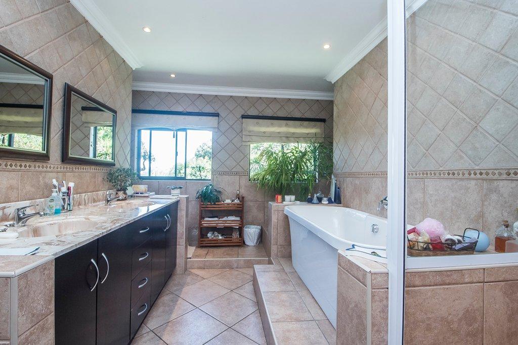 Glenvista property for sale. Ref No: 13529565. Picture no 20