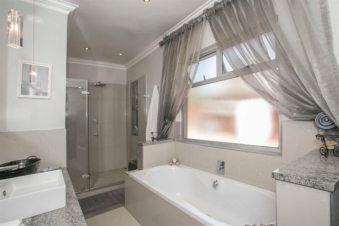 Fourways property for sale. Ref No: 13379177. Picture no 14