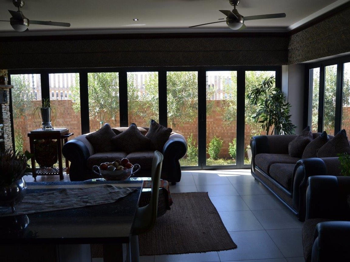 Midstream Hill property for sale. Ref No: 13395538. Picture no 10