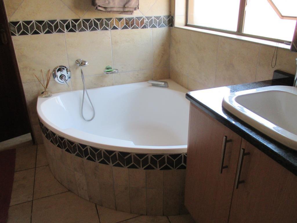 Midfield Estate property for sale. Ref No: 13537815. Picture no 9