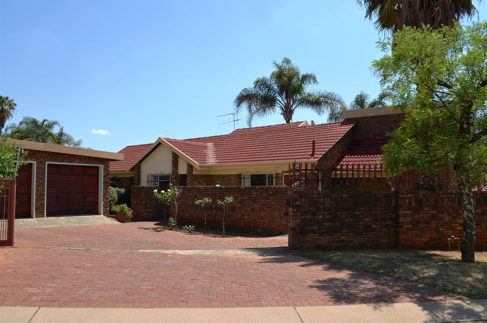 Property and Houses for sale in Garsfontein, House, 4 Bedrooms - ZAR 1,950,000