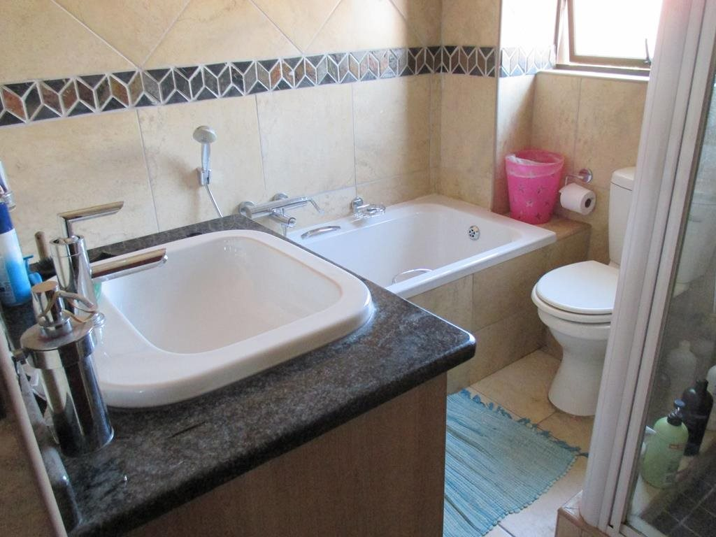 Midfield Estate property for sale. Ref No: 13537815. Picture no 12