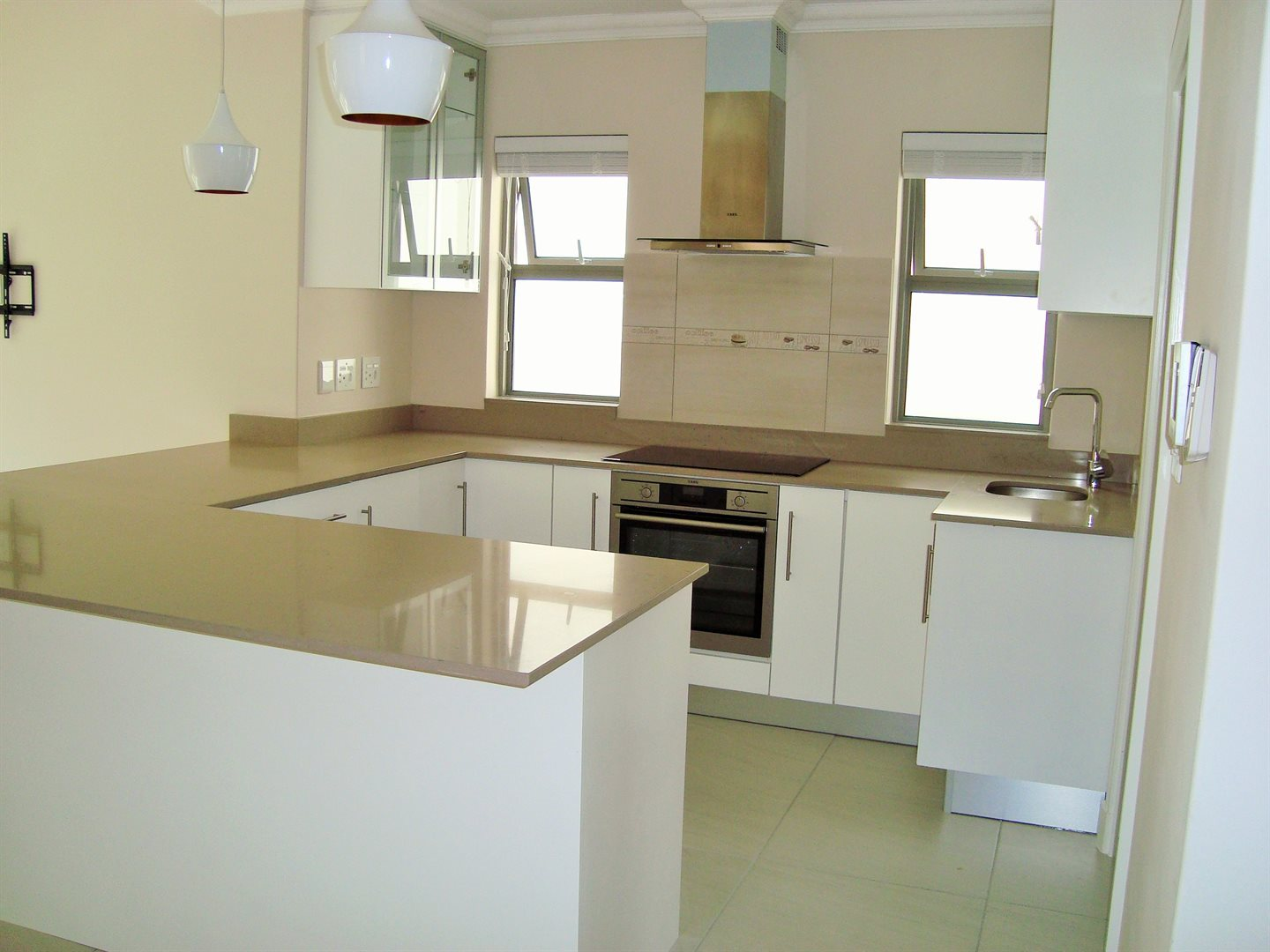 Claremont property to rent. Ref No: 13575482. Picture no 3
