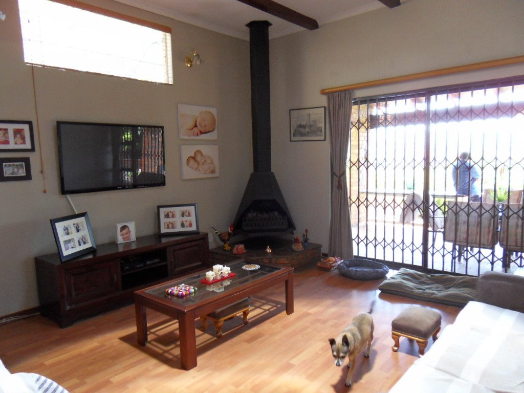 Glenvista property for sale. Ref No: 13402362. Picture no 7