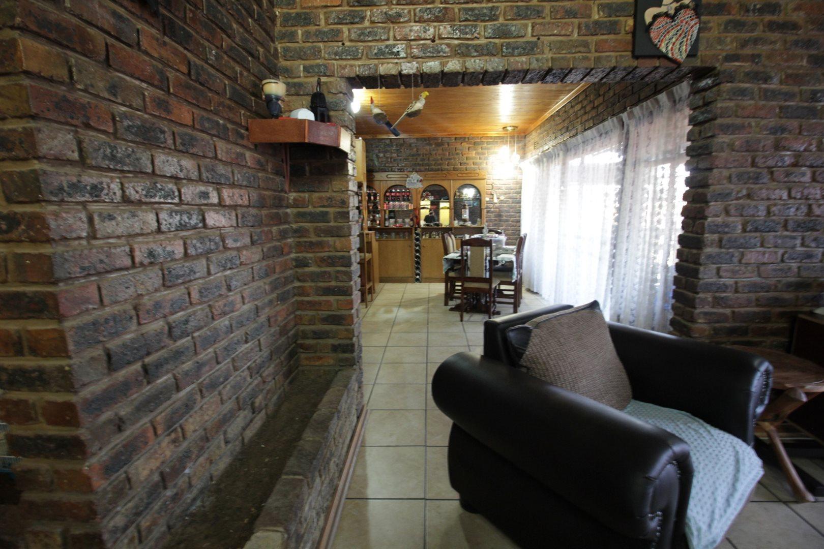 Falcon Ridge property for sale. Ref No: 13528108. Picture no 2