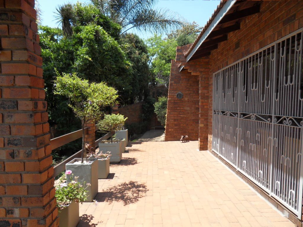 Glenvista property for sale. Ref No: 13402362. Picture no 30