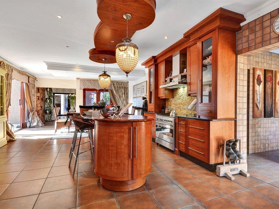 Glenvista property for sale. Ref No: 13390499. Picture no 4