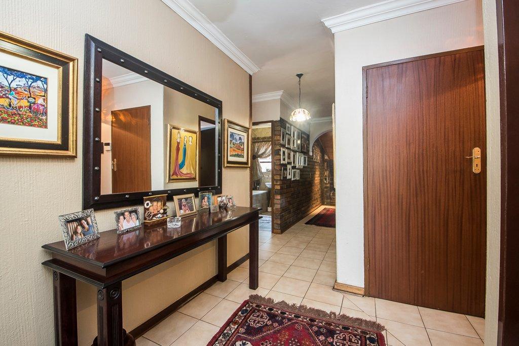 Glenvista property for sale. Ref No: 13529565. Picture no 15
