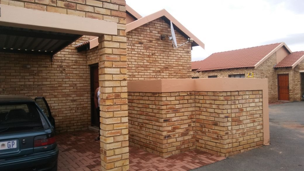 Randfontein, Greenhills Ext 3 Property    Houses For Sale Greenhills Ext 3, Greenhills Ext 3, Townhouse 2 bedrooms property for sale Price:469,000