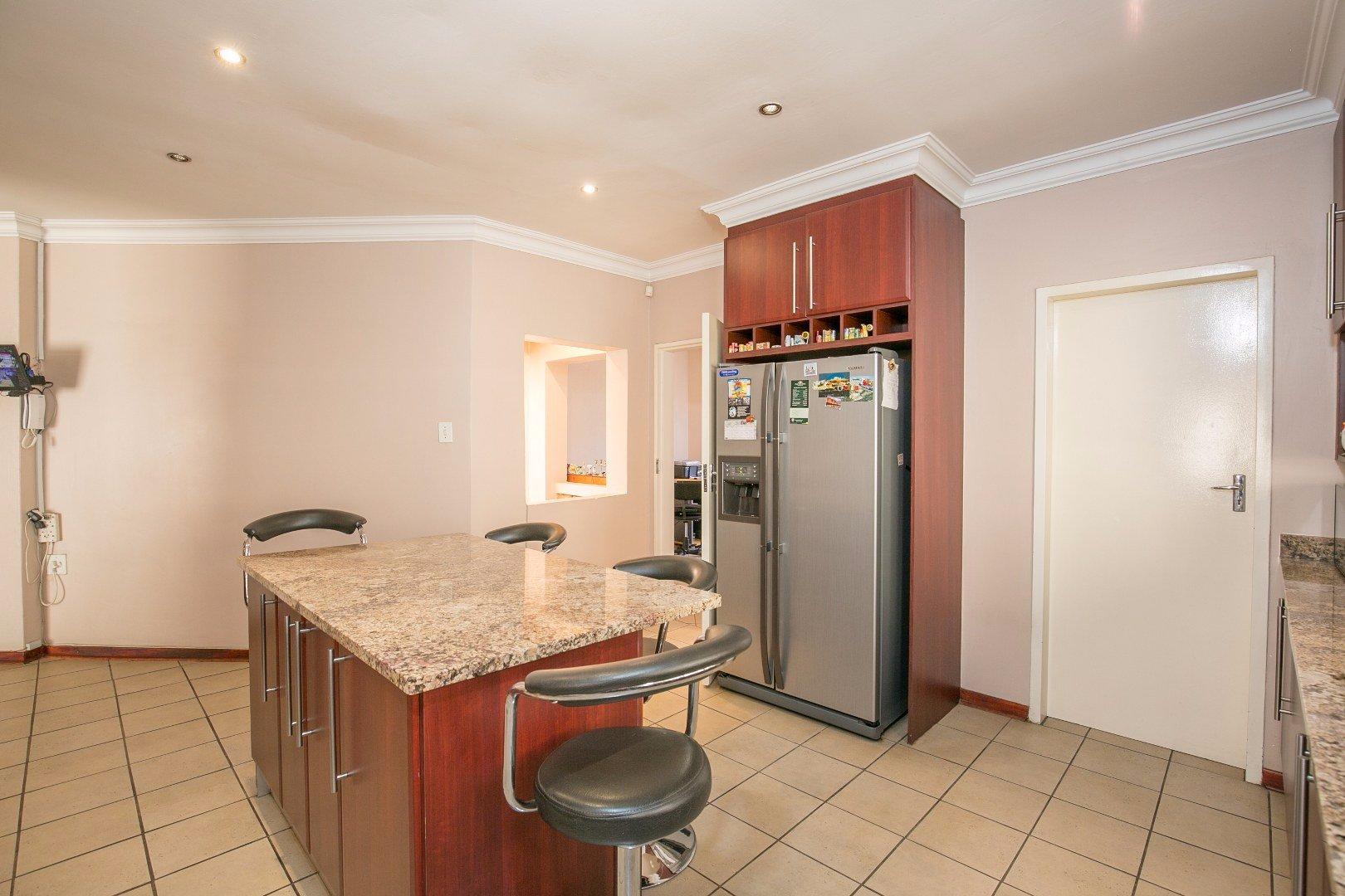 Glenvista property for sale. Ref No: 13524495. Picture no 7