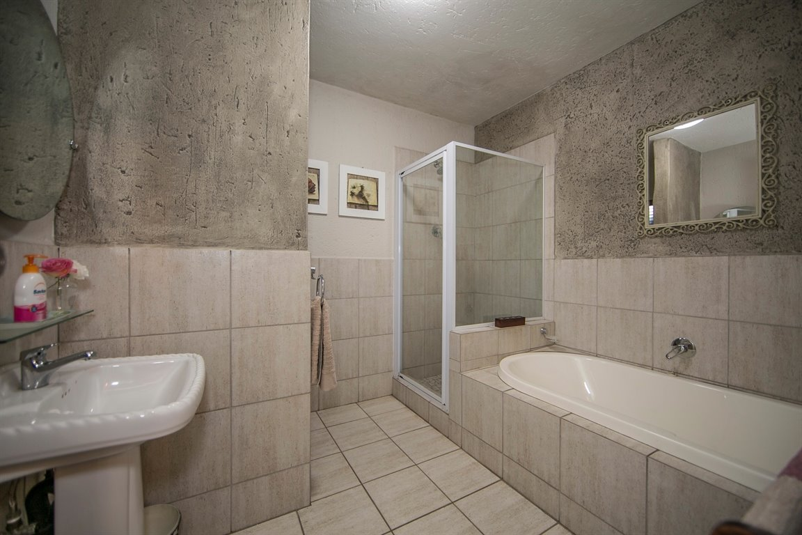 Fourways property for sale. Ref No: 13424455. Picture no 19