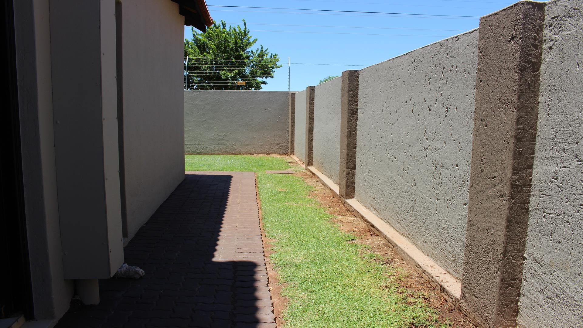 Raslouw Manor property for sale. Ref No: 13435098. Picture no 32