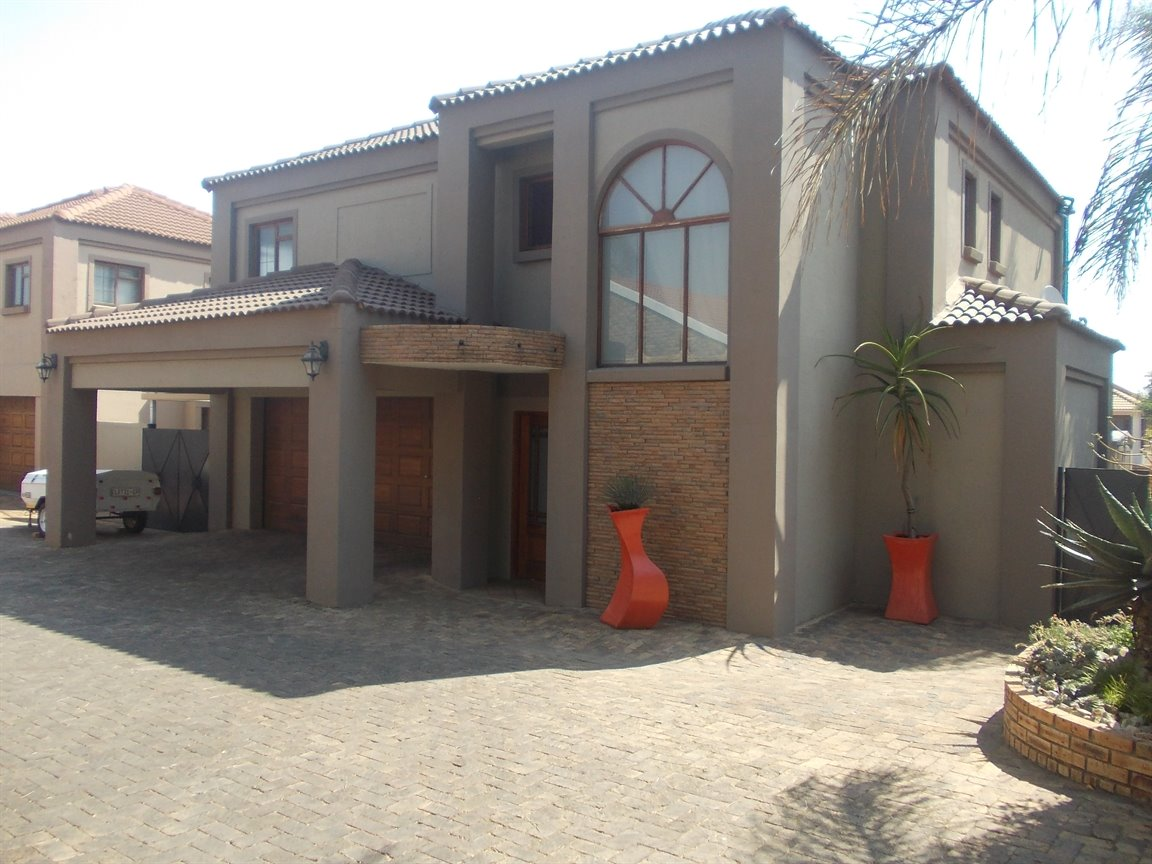 Property and Houses for sale in Amberfield Crest Estate, House, 4 Bedrooms - ZAR 2,255,000
