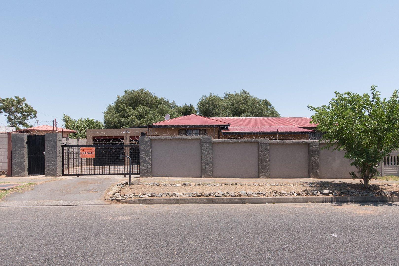 Property for Sale by Nicole   Zahiya Ferreira, Townhouse, 4 Bedrooms - ZAR 850,000
