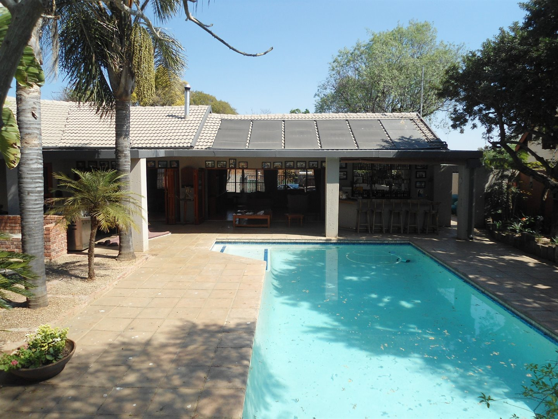 Douglasdale property for sale. Ref No: 13520882. Picture no 27