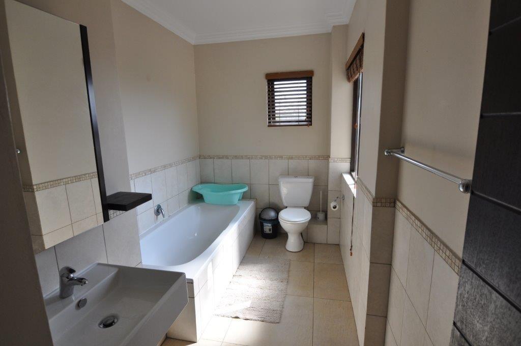 Broadacres property to rent. Ref No: 13503978. Picture no 11
