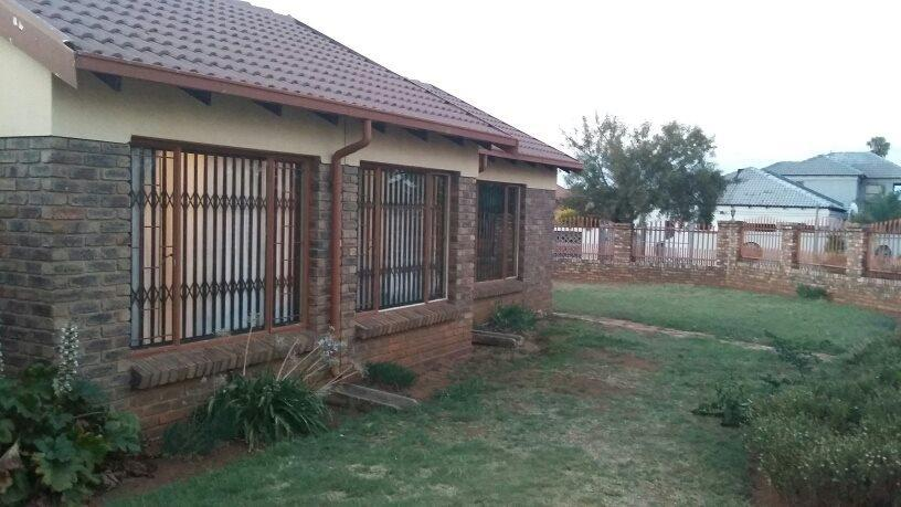 Property and Houses for sale in Lindo Park, House, 3 Bedrooms - ZAR 950,000