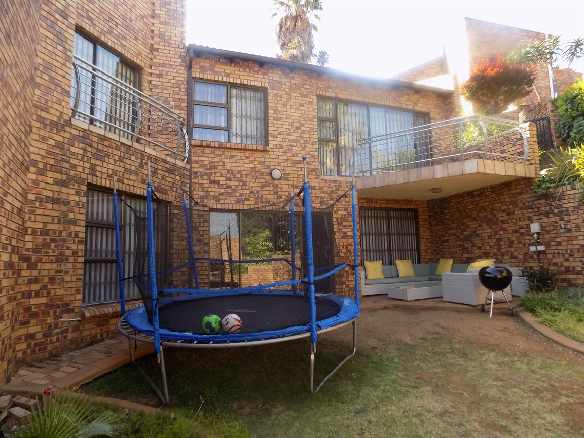 Glenvista property for sale. Ref No: 13399397. Picture no 21
