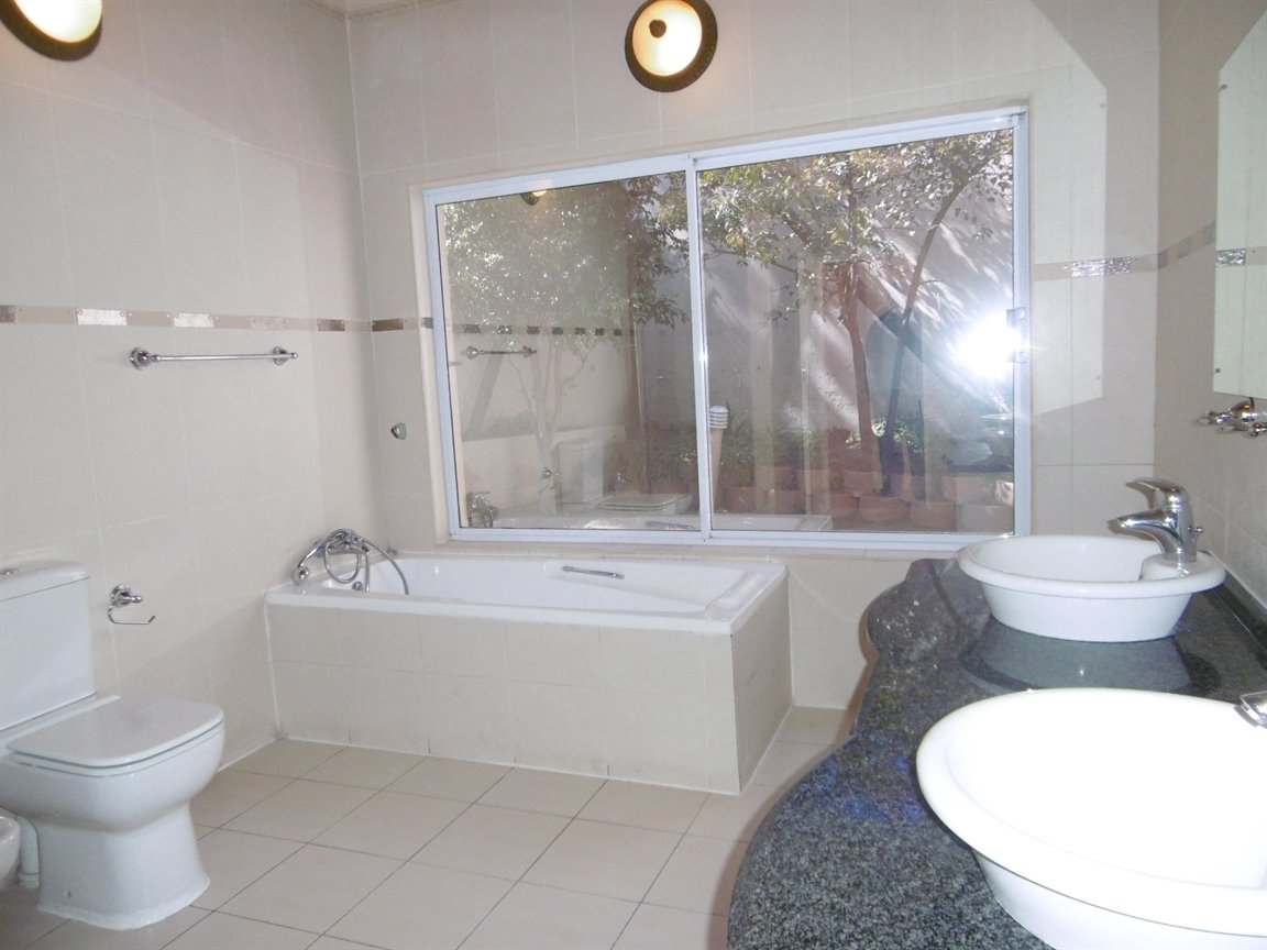 Bryanston property to rent. Ref No: 13372101. Picture no 16