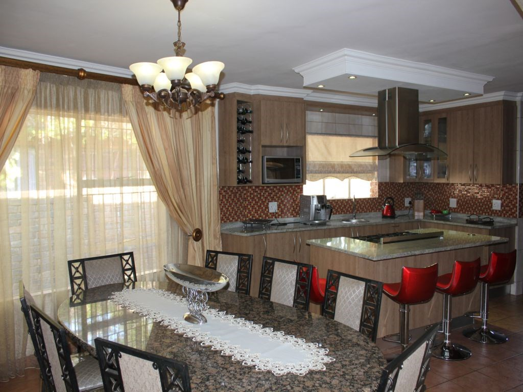 Clubview property for sale. Ref No: 12754362. Picture no 11