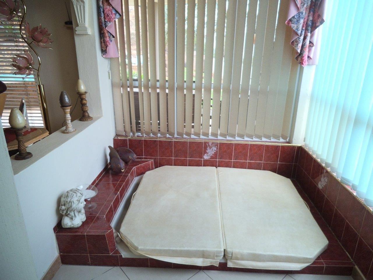 Glenvista property for sale. Ref No: 13624500. Picture no 17