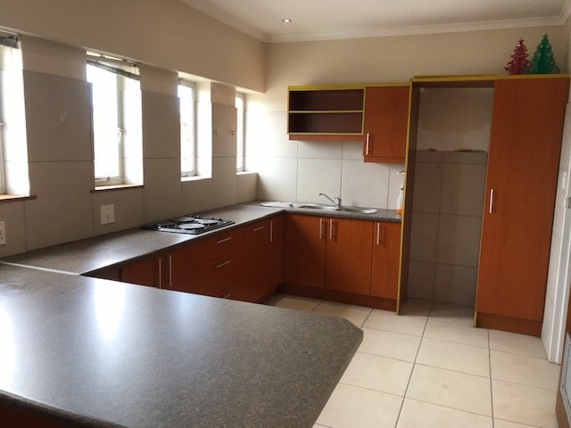 Paardeneiland property for sale. Ref No: 13700305. Picture no 21